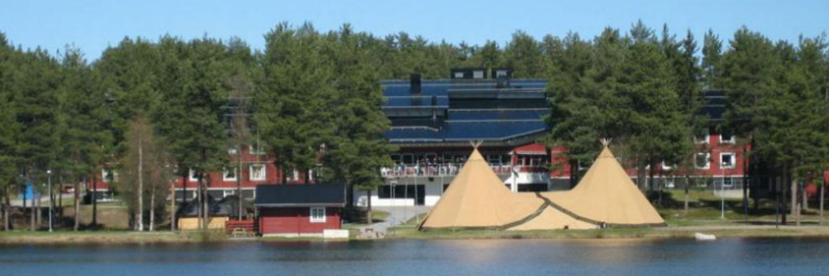 Sjön Talvatis och kåta i förgrunden till Hotell Jokkmokk