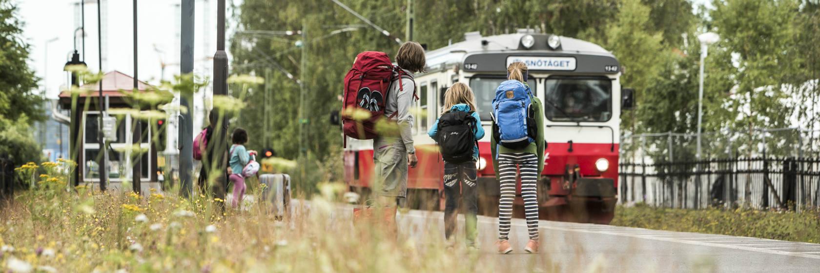 Resenärer väntar på tåget i Östersund