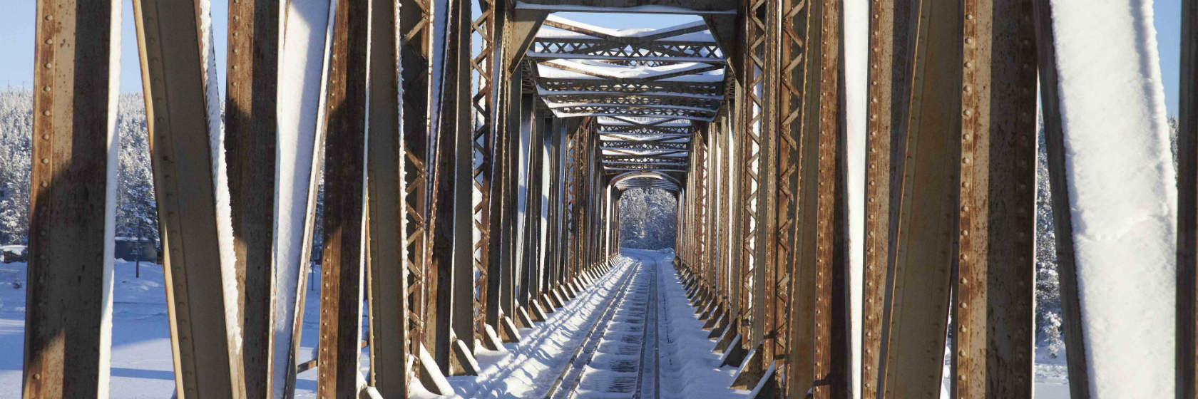 Åker genom tågbro på vinter