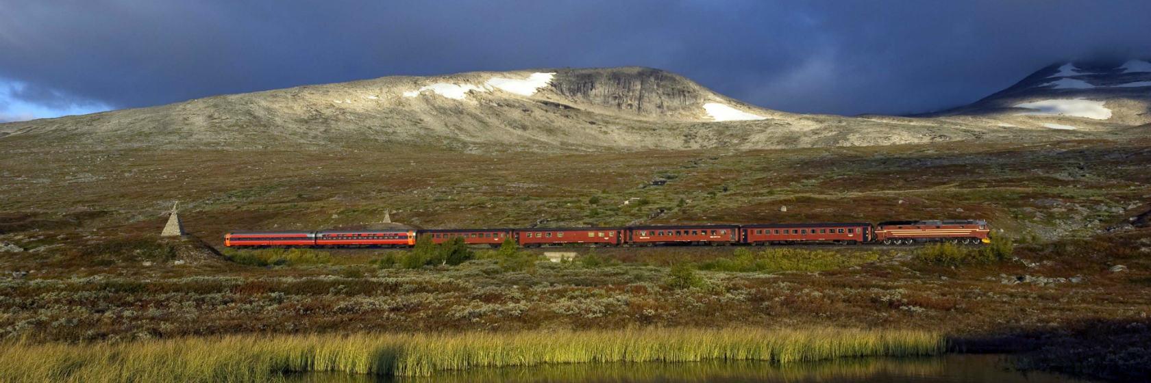 Norskt tåg åker förbi polcirkeln