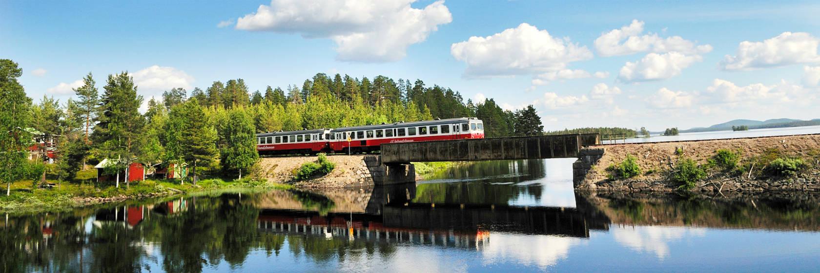 Inlandsbanetåg åker över en bro