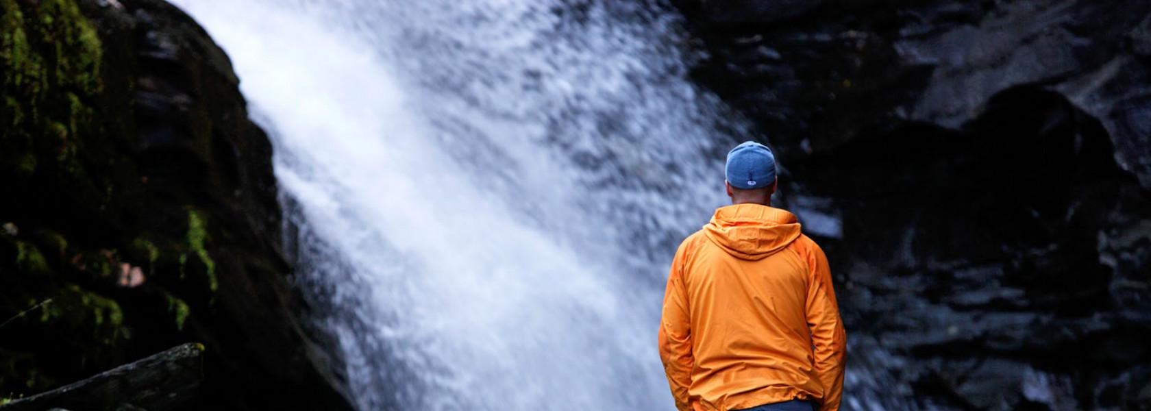 Man står vid vattenfall i Strömsund