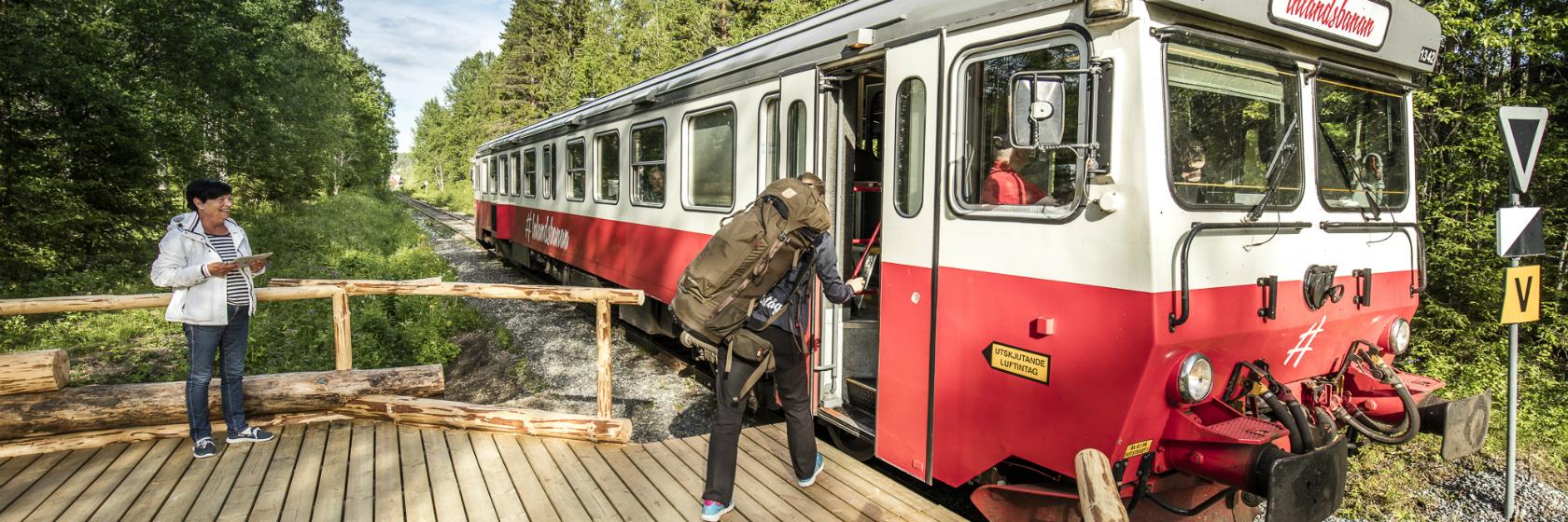 Resenär kliver på tåget vid Doro Camping