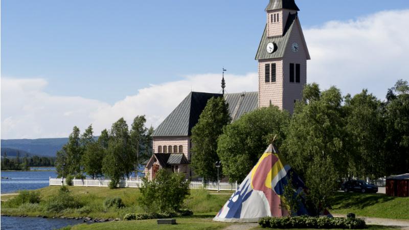 Mimmikåtan framför Arjeplogs kyrka