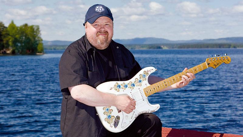 Moreus spelar gitarr vid vattnet