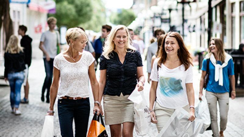 Tre kvinnor shoppar i Östersund