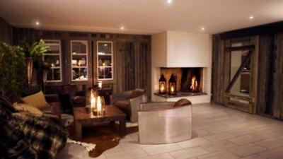 Lounge med brasa och soffor hotell Laponia i Arvidsjaur